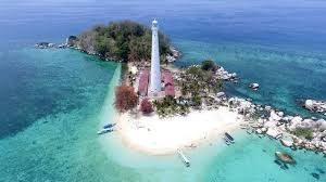 Pulau Lengkuas sangat terkenal karena adanya mercuar peninggalan Belanda yang masih berfungsi, serta kita bisa melakukan snorkeling dan berenang bersama dengan ikan-kannya.