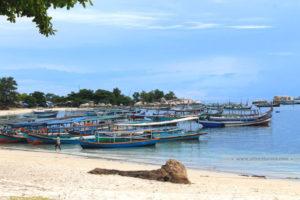 Kapal angkutan pariwisata antar-pulau di Tanjung Kelayang, Belitong