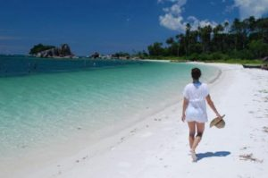 Keindahan Pantai di Pulau Belitong, pasir yang putih, hutan yang hijau, air laut yang jernih dan tenang, serta dikelilingi oleh batu-batu granit raksasa tersusun rapi.