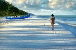 Indah dan bersihnya pantai serdang membuat wisman berjalan dengan ketenangan