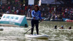 Ibu Susi Pudjiastuti ketika menaiki paddle board di danau sunter jakarta utara baru-baru ini