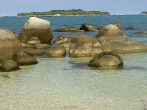 Di pantai tanjung Kelayang terdapat banyak batu granit raksasa