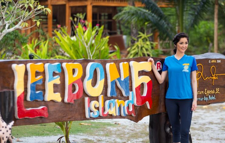 Putri Indonesia Sonia Fergina Citra saat pulang kampung dan menyempatkan diri menikmati keindahan Pulau Leebong.