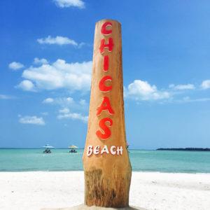 Papan nama tegak lurus yang menunjukkan salah satu pantai indah di Pulau Leebong