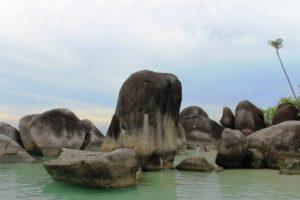 Saking banyaknya batu granite di laut pulau belitung sehingga kadang-kadang kita bisa menemui kolam laut diantaranya