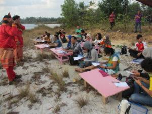 Kelas bahasa Belitong ini dikomandoi dua guru yang memakai pakaian adat Belitung lengkap. Pak Jaya dan Bu Nur Haryati