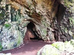 Batuan kaku lebih mudah patah atau bahkan putus jika dibawah pengaruh gaya kompressi maupun tarikan. Kondisi ini bisa dijumpai pada bagian dinding Goa Mak Santen