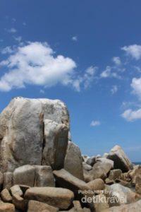 Mendekati batu besar yang unik