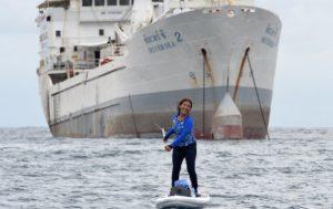 Ibu Susi sedang melakukan paddle boarding di laut