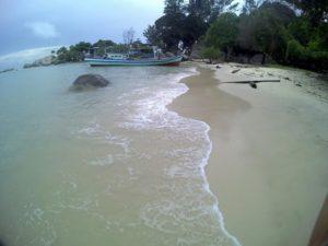 mengupas kecantikan pantai penyabong di belitung selatan