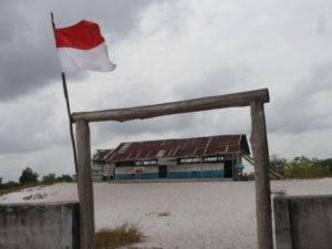 Sekolah yang kami datangi di Kecamatan Gantong ini memang bukan sekolah asli yang dulunya menjadi tempat belajar Ikal, Lintang, Sahara, Mahar, A Kiong, Syahdan, Kucai dan lain-lain