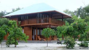 Villa Barata yang terbuat dari kayu dengan fasilitas yang sangat lengkap.