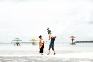 Pantai Yang aman untuk keluarga dengan latar belakang Gazebo Laut nya Pulau Leebong