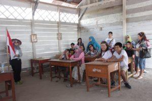Banyak Wisatawan yang mencoba untuk merasakan menjadi murid dan duduk di ruangan kelas SD Muhammadiyah Gantong Beltim