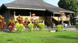 Di rumah adat Belitung inilah wartawan mencicipi makanan yang disajikan khas dalam dulang