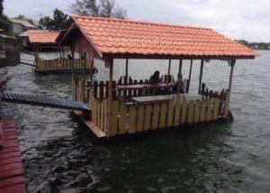 Tempat makan di Fega Restoran yang memang membuat makan semakin berselera karena terapung di pinggir danau