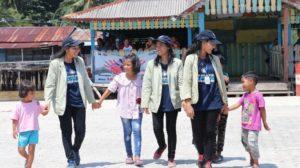 Mahasiswa/i UGM dan anak-anak di Suak Guai  nampak begitu dekat dan akrab satu sama lain