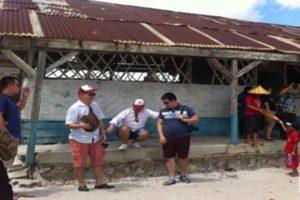 Para pengunjung di SD Laskar Pelangi, Gantung, Belitung Timur