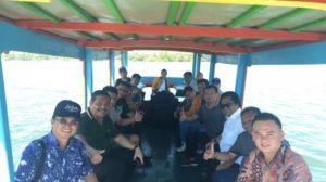 OSO dan rombongan saat naik perahu di pulau Leebong