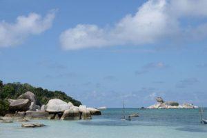 Kawasan wisata Tanjung Kelayang dengan latar belakang batu garuda