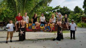 Rombongan wisatawan asing berfoto di papan nama pulau Leebong