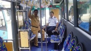 Bupati Sahani Saleh dalam Bus Pariwisata Damri