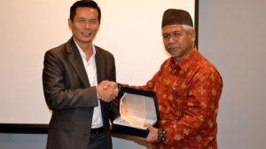 PENYERAHAN Plakat oleh CEO Prasanthi Jusuf Sawirin kepada Asisten Bidang Perekonomian dan Pembangunan Setda Pemkab Belitung Jasagung Heriyadi.