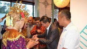 ASISTEN Setda Pemkab Belitung, CEO Prasanthi dan Dandim 0414/Belitung, menerima sekapur sirih ucapan selamat datang dari penari, saat menghadiri acara pembukaan La Lucia Boutique Hotel by Prasanthi dan jamuan makan buka bersama di La Lucia Boutique Hotel.