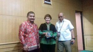 Pjs Bupati Belitung Sahirman Jumli (kiri foto), Kamis (24/5/2018) memberikan cindera mata kepada Direktur Utama Perum Damri S.N Milatia Moemin