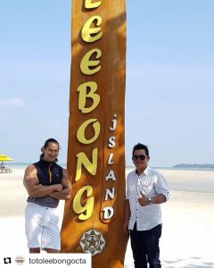 Bang Ade Rai bersama Direktur Leebong Island Bapak Sugianto berfoto bersama di Pantai Chicas Leebong Island