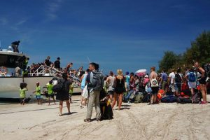 Turis mancanegara di Gili Trawangan, Lombok, Nusa Tenggara Barat, memenuhi pantai bersiap-siap menaiki kapal cepat menuju Bali