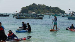 sejumlah wisatawan bermain kayak di pantai tanjung kelayang kecamatan sijuk kabupaten belitung
