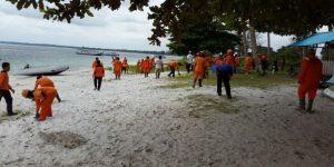 Pasukan oranye tampak membersihkan Pantai Tanjung Kelayang sepanjang 6,5 kilometer.