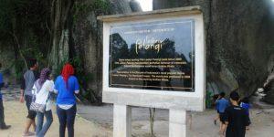 Munumen Laskar Pelangi di Pantai Tanjung Tinggi, yang menginformasikan bahwa tempat tersebut sebagai latar dari cerita terkenal Laskar Pelangi.