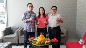 Owner Kakiku, Vina Christyn melakukan potong tumpeng menandai diresmikannya gerai Kakiku Cabang Belitung 2