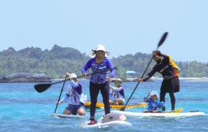 Menteri Kelautan dan Perikanan RI Susi Pudjiastuti sangat menggemari olahraga paddle boarding.