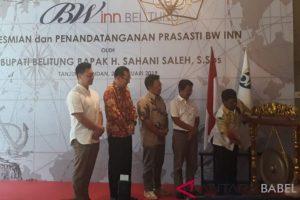 Bupati Kabupaten Belitung, Sahani Saleh ketika memukul gong yang menandai peresmian hotel BW Inn sebagai fasilitas pendukung kepariwisataan di daerah itu.