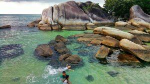 Berenang di laut diantara bebatuan granit raksasa merupakan sensasi tersendir, seperti di kolam renang pribadi yang maha luas