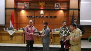 Pemberian kenang-kenangan dari Bupati Sahani Saleh kepada Dubes Republik Indonesia untuk Singapura, Ngurah Swajaya.