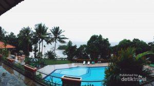 Terdapat penginapan dengan fasilitas kolam renang dengan view pemandangan Pantai Bukit Berahu