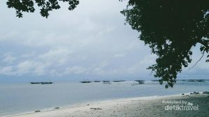 Pantai Bukit Berahu yang tersembunyi di balik Bukit Berahu terasa seperti pantai pribadi