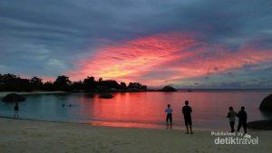 Indahnya sunset unik yang berwarna kemerahan
