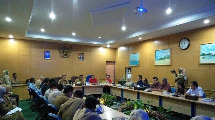 Pelaksanaan rapat pembahasan rute baru Air Asia untuk Kabupaten Belitung, Selasa (19/2/2019) diruang rapat Bupati Belitung.