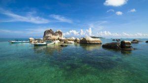 Keindahan pulau Belitung dapat kita telusuri dengan cara hoping island.
