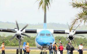 Puluhan penumpang pesawat SKY Aviation tujuan Pangkalpinang Bangka Belitung berangkat melalui bandara HAS Hanandjoeddin Tanjungpandan,Jumat (21/2/2013). Maskapai penerbangan ini menjadi salah satu alternatif transportasi yang dipilih masyarakat Bangka Belitung disaat musimangin barat yang mengakibatkan gelombang air laut tinggi atau transportasi laut terganggu.