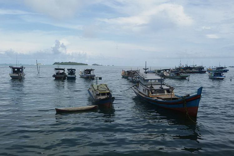 Perahu dan kapal milik nelayan Desa Tanjung Binga, Belitung, berjejer di sepanjang garis pantai.(KOMPAS.com/HERU DAHNUR)
