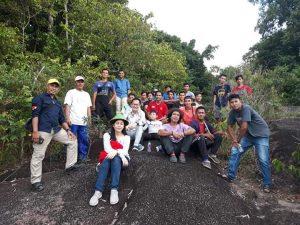 Para pengunjung Bukit Tebalu Simpor Laki ditantang mendaki lereng dengan kemiringan berkisar antara 50-80 derajat. Butuh waktu sekitar 25 menit untuk mendaki hingga puncak bukit.