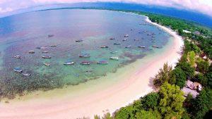 Pantai Tanjung Kelayang yang landai dengan kejernihan air laut yang tenang