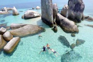 wisata ini menjadi salah satu wisata yang cocok dijadikan sebagai lokasi untuk berburu foto. Air lautnya sangat indah dengan warna kebiruan serta batuan granit
