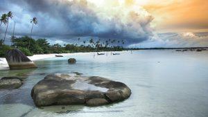 Pantai Tanjung Tinggi air yang jernih dan tenang